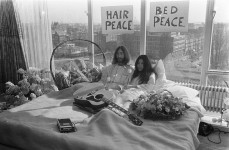 800px-Bed-In_for_Peace_Amsterdam_1969_-_John_Lennon__Yoko_Ono_17