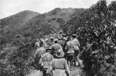 Manhandling_artillery_gun_at_Anzac_1915