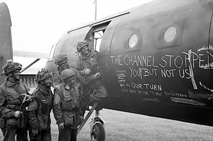 British airborne troops admiring the graffiti chalked on the side of their Horsa Mk I glider. (June 6, 1944). Source: Imperial War Museums, # 4700-37 H 39178, Photographer: Malindine.