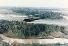 800px-US-Huey-helicopter-spraying-Agent-Orange-in-Vietnam