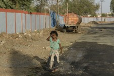 800px-Girl_near_Union_Carbide_factory,_Bhopal,_India