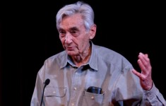 1024px-Howard_Zinn_at_lectern_cropped