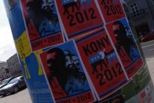 Plakat_akcji_Kony_2012_przy_pl._Trzech_Krzyży_w_Warszawie