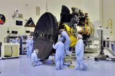 Mars_Reconnaissance_Orbiter_HGA_installation